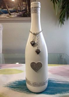 Painted decorated wine bottles di SSHobbyist su Etsy - Easy Crafts for All Liquor Bottle Crafts, Wine Bottle Glasses, Recycled Wine Bottles, Wine Bottle Art, Painted Wine Bottles, Diy Bottle, Decorated Bottles, Bottle Lamps, Glass Bottles