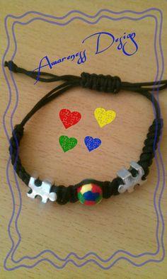 Mikrama-Armband mit Puzzle-Zwischenperlen und Holzperle in den Autismusfarben (handbemalt)