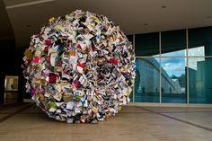 """Alicia Martín. """"Singularidad"""" se llama este remolino de libros instalado en la Cidade da Cultura de Santiago."""
