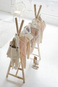 schönes babyzimmer design mit interessantem anhänger für klamotten