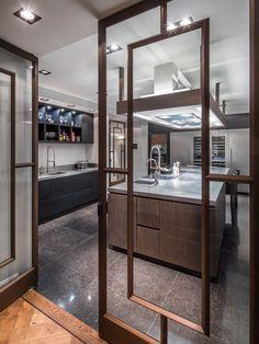 Steel FritsJurgens PivotDoors in a kitchen. By Derk - Exterior & Interior Design.  #invisiblehinges #pivotdoors #interiordoor #steeldoor