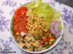 Ensalada de garbanzos, tofu ahumado y jalapeños