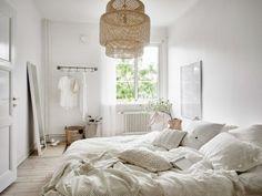 Rust en ruimte met veel wit en grijs tinten. Scandinavisch interieur in de slaapkamer. Verschillende wit tinten in de slaap...