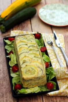A complete and light meal idea that I like a lot to eat at night with a nice salad. This terrine with tuna and zucchini is very easy to make and rather fast. It also allowed me to use two zucchini from daddy's garden … but … Source Meat Recipes, Salad Recipes, Chicken Recipes, Snack Recipes, Healthy Recipes, Terrine Recipes, Healthy Chicken, Vegetarian Recipes, Eating At Night