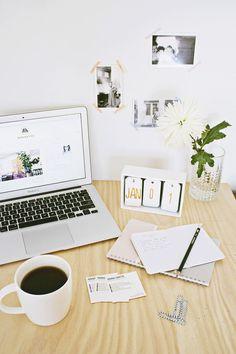 38 Brilliant Home Office-Dekorprojekte - Dıy Desk vintage Ideen Diy Office Desk, Diy Desk, Home Office Decor, Work Desk, Organized Office, Office Organization, Office Ideas, Calendar Home, Kids Calendar