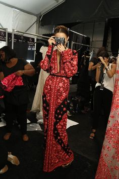 Caftan by indian designer Naeem Khan Look Fashion, Runway Fashion, High Fashion, Womens Fashion, Paris Fashion, Estilo Hippy, Cooler Look, Mode Boho, Naeem Khan
