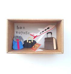 """Πρωτότυπη Ευχετήρια Κάρτα σε Κουτί σε σχήμα Σπιρτόκουτου!! Η διάστασή του είναι 7,6 x 12,3 x 4,9 cm. Έχει τυπωμένα γράμματα Bon Voyage! Καλό ταξίδι!! Το πάνω μέρος έχει ντυθεί με print χαρτί με vintage χάρτη και έχει λευκή ζικ ζακ κορδέλα.'Εχει μικρά χάρτινα διακοσμητικά με θέμα το ταξίδι !Αεροπλάνο ,διαβατήριο,βαλίτσες και σακ βουαγιάζ ♥ Ωραία ιδέα για να αποχαιρετήσεις κάποιον δικό σου άνθρωπο που πάει""""στα ξένα """"για δουλειά ,για σπουδές κτλ. Μπορείς να προσθέσεις το μήνυμά σου με τις ευχές… Floating Shelves, Box, Cards, Decor, Bon Voyage, Snare Drum, Decoration, Wall Shelves, Maps"""