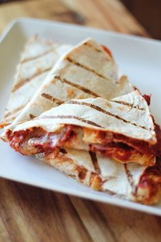 1High fiber/low carb wrap or flatbread. 1/8 cup Pizza sauce. 1/4 cup Shredded mozzarella or 1 cheese stick. 1 tbs Parmesan cheese. 1/2 tsp Italian blend or pizza seasoning. 4 oz Thinly sliced ham or turkey lunchmeat. Optional: 3-4 Turkey pepperonis, (microwaved on a paper towel for 30-60 seconds until crisp like bacon)
