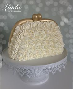 A different and very cute handbag cake with buttercream icing. Shoe Cakes, Cupcake Cakes, 3d Cakes, Handbag Cakes, Purse Cakes, Pinterest Cake, Gateaux Cake, Fashion Cakes, Novelty Cakes