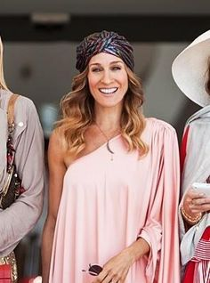 """Sarah Jessica Parker (Carrie Bradshaw from """"Sex and the City wears a moon pendant necklace Turbans, Turban Headbands, Headscarves, Turban Mode, Head Turban, Turban Style, Estilo Fashion, Sarah Jessica Parker, Carrie Bradshaw"""