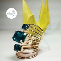 Anillo en resorte dorado y azul turquesa  $5000