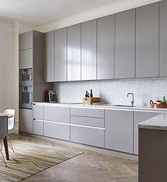Entre varias opciones que estoy barajando está el de poner la cocina con muebles de color gris. Este color da una sensación de calma y elegancia