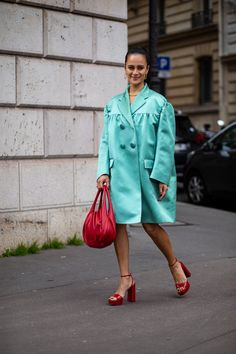 The Best Street Style Looks From Paris Fashion Week Fall 2020 Autumn Street Style, Street Style Looks, Cool Street Fashion, Paris Fashion, French Brands, Chanel Spring, People Sitting, Style Snaps, Shirt Dress