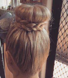 45 Pretty Ideas for Casual and Formal Bun Hairstyles Donut Bun Hairstyles, Roll Hairstyle, Braided Hairstyles Tutorials, Headband Hairstyles, Diy Hairstyles, Formal Hairstyles, Formal Bun, Bun With Curls, Medium Hair Styles