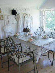 Shabby dining room- Those chairs melt me!