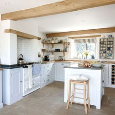 Modern English Country Kitchen Decor Ideas To Get Different Kitchen Style Country House Interior, Cotswolds Cottage, Kitchen Decor, Modern Kitchen, French Farmhouse Kitchen, House Interior, Cottage Interiors, Home Kitchens, Kitchen Design