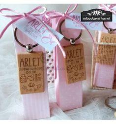 Opción presentada opcional sobre estuche alto estampado en rosa o celeste Place Cards, Place Card Holders, Pink Gifts, Photo Gifts, Baby Bottles, Gift Boxes