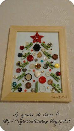 Quadretto di legno con Albero di Natale di bottoni e mollette