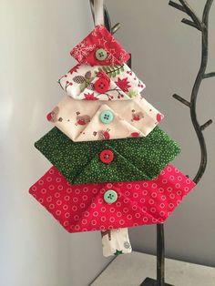Fabric Christmas Tree Decorations – Crochet-Sewing Sewing crafts for christmas Fabric Christmas Decorations, Quilted Christmas Ornaments, Felt Christmas, Christmas Fabric Crafts, White Christmas, Diy Ornaments, Beaded Ornaments, Crafts With Fabric, Christmas Tree Quilt