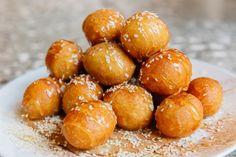 Πώς να φτιάξεις τους τέλειους λουκουμάδες | LiFO Knossos Palace, Food Tech, Crete, Pretzel Bites, Yummy Food, Sweets, Traditional, Cookies, Desserts