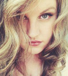 "Emily Thomas, Experte social media et vendeuse de ""positive attitude"""