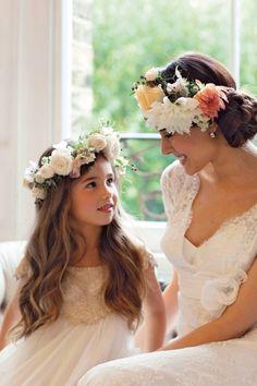 couronnes de fleurs assorties pour la mariée et la demoiselle d'honneur