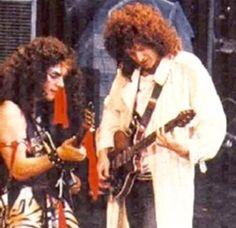 Rik rehearsing with Brian May-- looks like he's showing Rifhow to play (468×454)