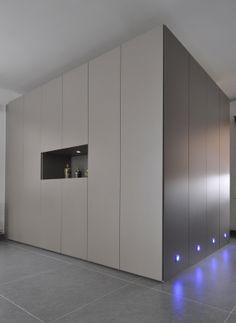 Maatkast in living met afscheiding naar bureau Interior And Exterior, Interior Design, Door Wall, Minimalism, Kitchen Cabinets, Inspiration, Furniture, Dressing, Home Decor