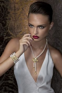 What a gorgeous necklace for beautiful women.......!!!