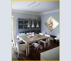 L'angolo pranzo della cucina. Realizzato su misura, il TAVOLO quadrato è rivestito di lamina d'argento. Le SEDIE che lo circondano sono di High Tech e le LAMPADE il modello Fucsia di Achille Castiglio
