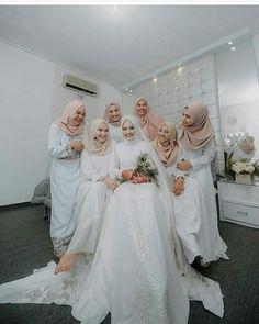 #bridesmaids #bride #hijabkeren #hijab #tudung #weddingdress #wedding #dress #moeslim #modern #gaun #kebayapernikahan #kebayagaunindo #kebaya #dresswhites #white #indonesia #inspirasikebaya #inspirasiwedding #inspirasiku