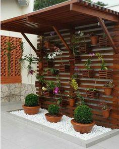 Inspiração para quem está pensando em montar um orquidário em casa. A treliça de madeira além de ser um elemento muito bonito serve de suporte para os vasinhos.