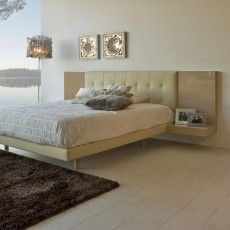 Dormitorio tapizado con alas y mesitas en color arena