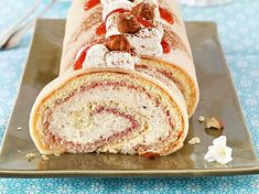 Unser beliebtes Rezept für Lübecker Marzipanrolle mit Nusscreme und mehr als 55.000 weitere kostenlose Rezepte auf LECKER.de. Marzipan, Zucchini Desserts, Biscuits, Cake & Co, Sponge Cake, Cakes And More, No Bake Cake, Bakery, Cheesecake