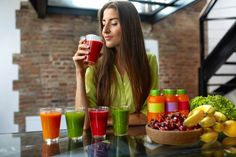 Healthy Eating Woman On Diet Drinking Fresh Detox Juice, Smoothie For Breakfast. Closeup Of Beautiful Smiling Girl With Fruits And Weight Loss Drinks At Kitchen Table. Healthy Foods To Eat, Healthy Snacks, Healthy Eating, Detox Kur, Cleanse Detox, Juice Cleanse, Diet Recipes, Healthy Recipes, Recipes Dinner