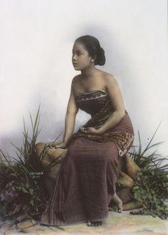 COLLECTIE TROPENMUSEUM Studioportret van een Javaanse vrouw mogelijk uit Jogjakarta TMnr 60027279 - Décolletage - Wikipedia