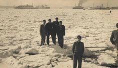 İstanbul Boğazı'nın donduğu yıl 24 Şubat 1954'te görünen buz kütleleri Boğaz'ı kaplamıştı. Daha cesur olanlar ise buzların üstüne çıktılar, kimileri Türk bayrağı dikti, kimileri de kolkola girerek poz verdi. 6 Mart'ta havaların ısınmasıyla buzlar erimeye başladı ve İstanbul'un çetin kışından geriye anılar ve fotoğraflar kaldı.