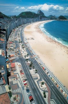 Burle Marx's most famous project is the Copacabana Beach promenade, where pavement patterns stretch two and a half miles along the Avenida Atlântica in Rio de Janeiro. Image © Burle Marx & Cia. Ltda., Rio de Janeiro. Reproduced with permission. All rights reserved