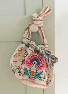 Bags of style! Ethnic Bag, Cute Handbags, Embroidered Bag, One Bag, Fabric Bags, Cute Bags, Mode Outfits, Hippie Chic, Beautiful Bags