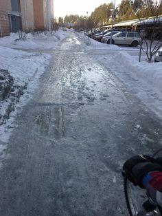 Pyörällä ajetaan varo-varovasti.