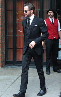 ピンストライプブラックスーツ,黒スーツ着こなしメンズ
