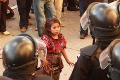 Niña se enfrenta con la policía en Guatemala