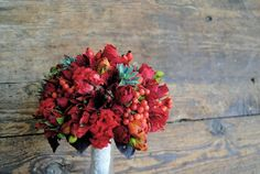 Ramo de novia rojo de Mayula Flores #ramodenovia #bridalbouquet #tendenciasdebodas