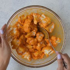 healthy recipes Keto Buffalo Cauliflower Bites Recipe easy to make, Light, tasty and a much healthier version of the classic Buffalo Wings. This Vegetarian dish is insanely delicious and is a perfect snack or appetizer for a group to enjoy. Healthy Breakfast Recipes, Healthy Dinner Recipes, Diet Recipes, Cooking Recipes, Healthy Snacks For Diet, Healthy Drinks, Healthy Delicious Recipes, Vegetarian Dishes Healthy, Chicken Recipes