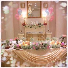 """レポ#高砂 #メインテーブル . . . こだわったポイントの1つがこの高砂です!!! . #結婚式のテーマ の1つが #かすみ草 だったので、かすみ草を主役にコーディネートしてもらいました! . . フラワーコーディネーターの方が、とっっっても好みの高砂にしてくれて、本当に幸せでした☺️ . 私は、#装花の打ち合わせ は本当に入念にやりました。フラワーコーディネーターさんが書いてくれた#装花デッサン をもとに、「ここのお花は何が来ますか?キャンドルとお花の高さはバランスどうですか?」などなど。 迎賓館の装花打ち合わせは、通常一回ですが、皆さん、納得いくまで打ち合わせした方が安心ですよ♡ . ちなみに、私は、後ろの#マントルピース は、節約のため、バルーン以外は自分で用意しました。 . . """"こだわるところは手を抜かない、自分でできるところは自分でやる、必要以上のことはしない"""" これが、見積もり大幅UPを避けるコツです♡(笑) . . #卒花 #プレ花嫁 #茨城花嫁 #アーククラブ迎賓館 #装花 #結婚式お花 #全国のプレ花嫁さんと繋がりたい #ウェディングレポ…"""