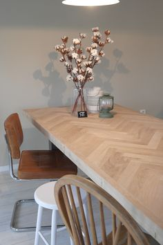 Shared by www. Rustic Dining Chairs, Oak Dining Table, Dining Room Inspiration, Interior Inspiration, Dining Room Design, Interior Design Living Room, Home Living Room, Living Room Decor, Idee Diy