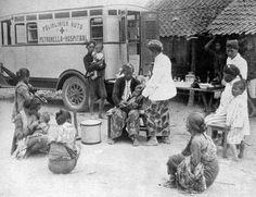 Layanan kesehatan keliling bagi masyarakat oleh Petronella Hospital (sekarang Rumah Sakit Bethesda), Yogyakarta, tahun tidak diketahui  Foto: Isidor Arras Ochse