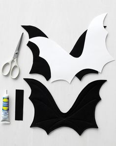 This batty costume is as comfortable as it is cute: Extra felt layers help the wings stay upright while a rectangle of felt fastens the wings to a harness.Dogs and cats can get into the Halloween spirit too! Print our template to make felt bat wings Moldes Halloween, Halloween Cat, Adornos Halloween, Homemade Halloween, Bat Dog, Bat Animal, Diy Dog Costumes, Halloween Costumes For Dogs, Diy Bat Costume