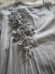 DIY Floral T-shirt refashion. *****this one takes you to actual instruction link Shirt Refashion, Diy Shirt, Diy Clothing, Sewing Clothes, Refashioned Clothing, Umgestaltete Shirts, T Shirt Tutorial, Motifs Perler, Diy Couture