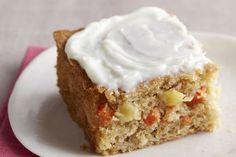 Gâteau carotte-ananas -------------------------------------Pour réaliser ce gâteau aux carottes tout spécial, il suffit d'utiliser un ingrédient secret : une boîte d'ananas broyé. Le glaçage au fromage à la crème couronne délicieusement le tout.